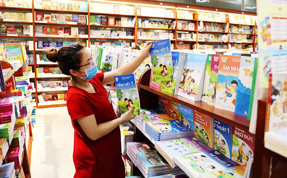 Kiến nghị đưa sách giáo khoa vào danh mục hàng thiết yếu: Chuyên gia nói 'cần triển khai sớm'