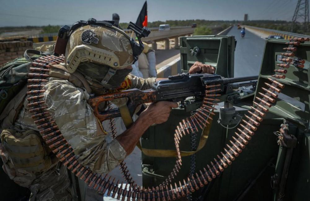 24h qua ảnh: Nhân viên an ninh bảo vệ xe của LHQ ở Afghanistan - Ảnh 3.