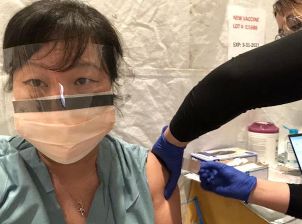 Bác sĩ gốc Việt ở ICU Mỹ: Tôi ngạc nhiên, tức giận vì lý sự của những người không chịu tiêm vaccine Covid - Ảnh 1.