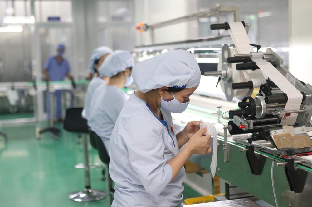 Cận cảnh quy trình bên trong nhà máy duy nhất sản xuất dung môi vaccine Pfizer tại Việt Nam - Ảnh 2.