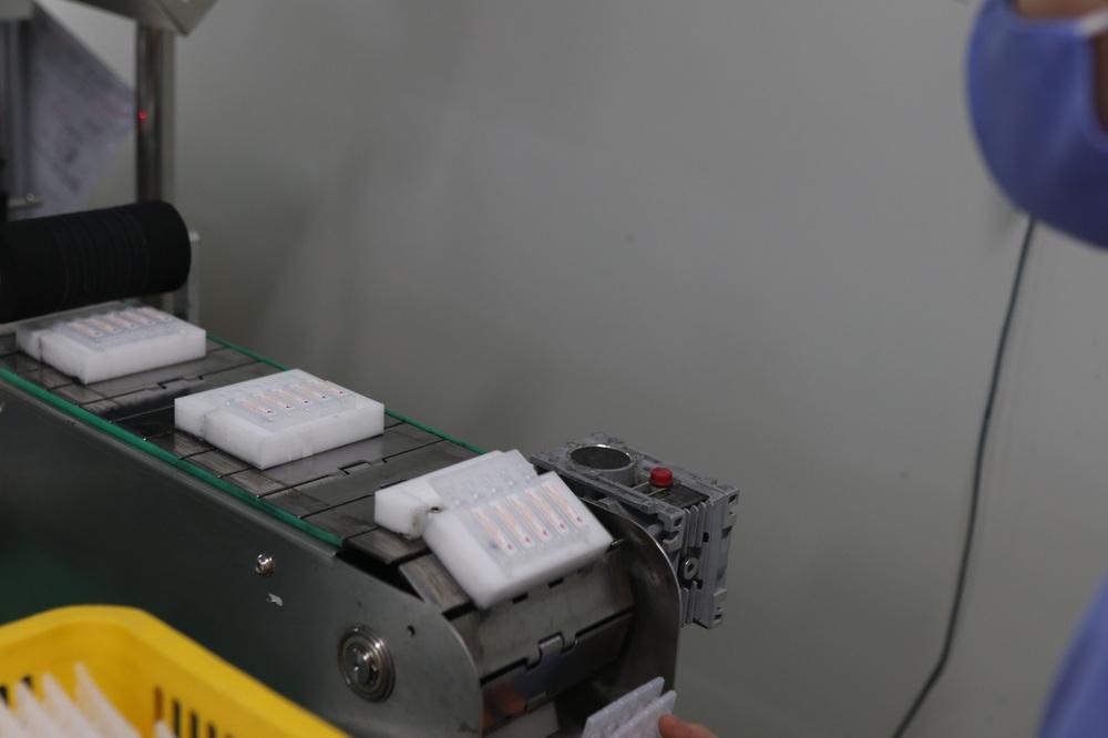 Cận cảnh quy trình bên trong nhà máy duy nhất sản xuất dung môi vaccine Pfizer tại Việt Nam - Ảnh 6.