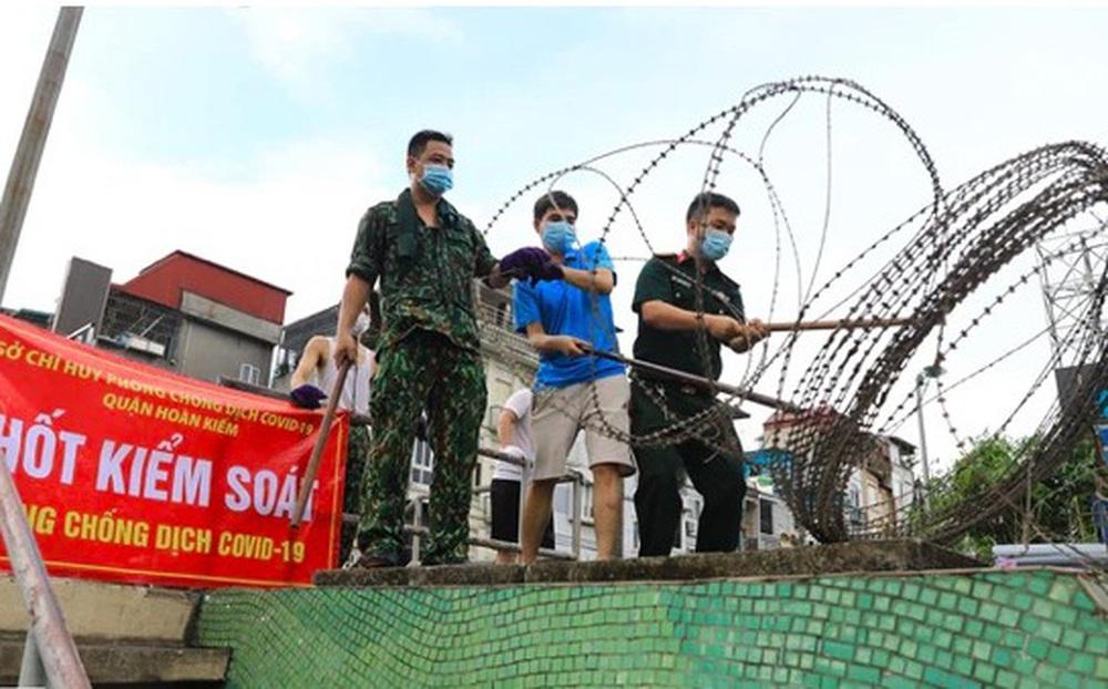 Phạt 4 triệu đồng đối với 2 người trèo rào dây thép gai để lấy đồ ở quận Hoàn Kiếm