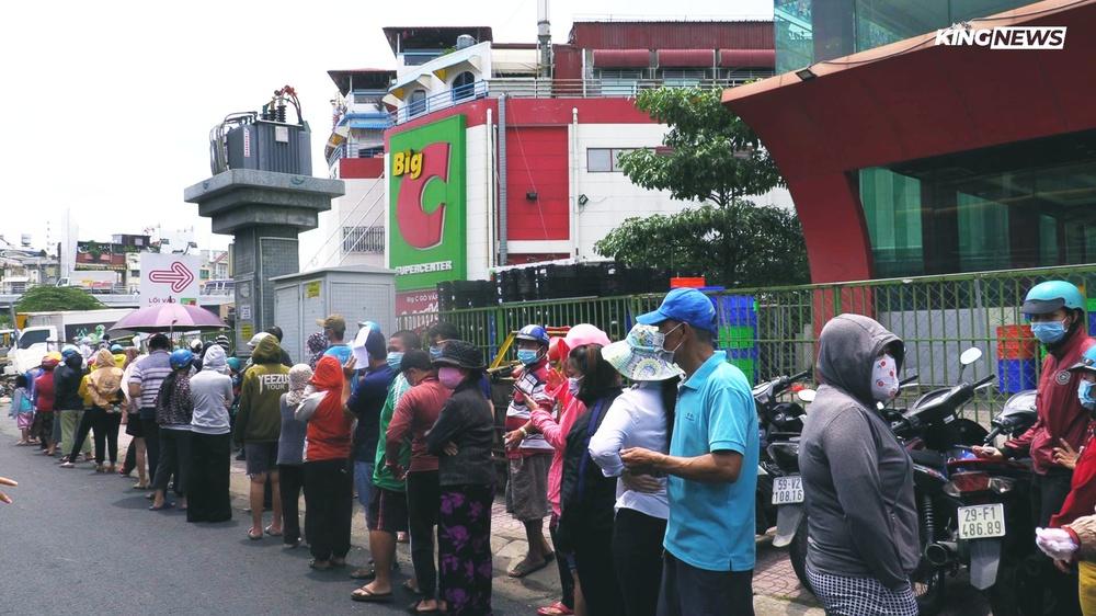 TP.HCM: Người dân xếp hàng dài mua đồ sau quyết định ai ở đâu ở yên đó từ 0h ngày 23/8 - Ảnh 8.