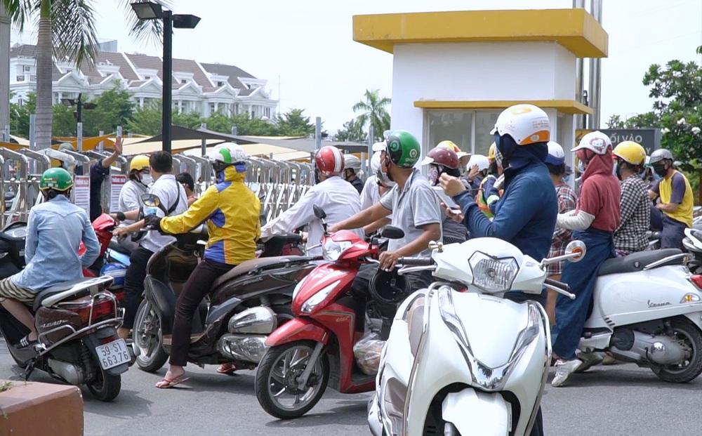 TP.HCM: Người dân xếp hàng dài mua đồ sau quyết định 'ai ở đâu ở yên đó' từ 0h ngày 23/8