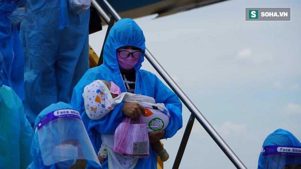 Xúc động chuyến bay đặc biệt, hàng trăm mẹ bầu và mẹ bỉm sữa rời tâm dịch TP.HCM về quê - Ảnh 8.