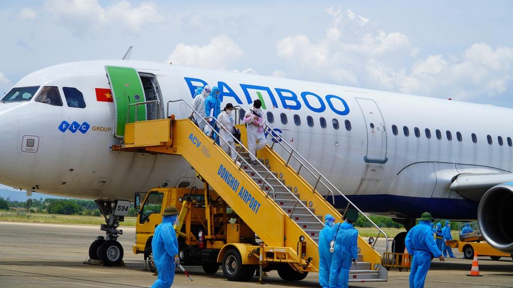Xúc động chuyến bay đặc biệt, hàng trăm mẹ bầu và mẹ bỉm sữa rời tâm dịch TP.HCM về quê - Ảnh 2.