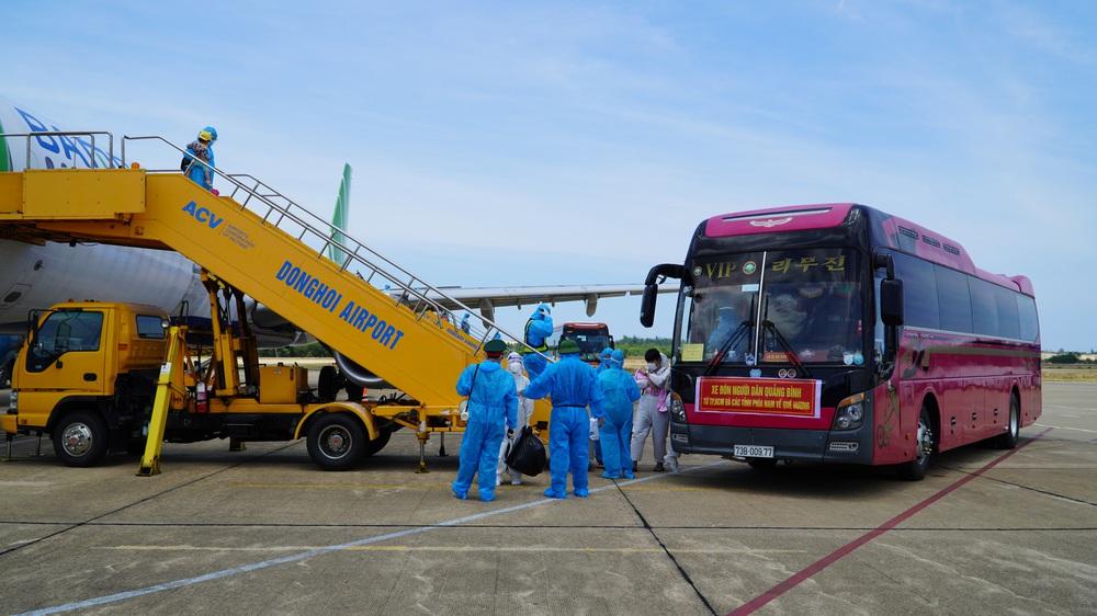Xúc động chuyến bay đặc biệt, hàng trăm mẹ bầu và mẹ bỉm sữa rời tâm dịch TP.HCM về quê - Ảnh 3.
