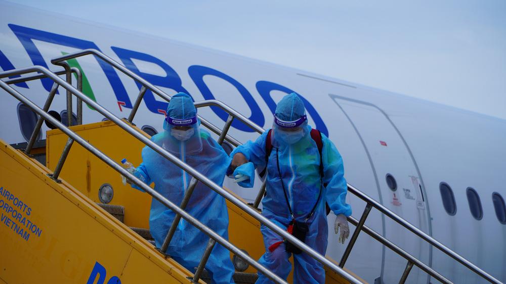 Xúc động chuyến bay đặc biệt, hàng trăm mẹ bầu và mẹ bỉm sữa rời tâm dịch TP.HCM về quê - Ảnh 7.