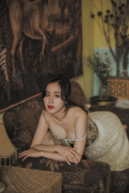 Sau 8 năm nổi tiếng và rút khỏi showbiz, 'Bà Tưng' ngày càng nóng bỏng