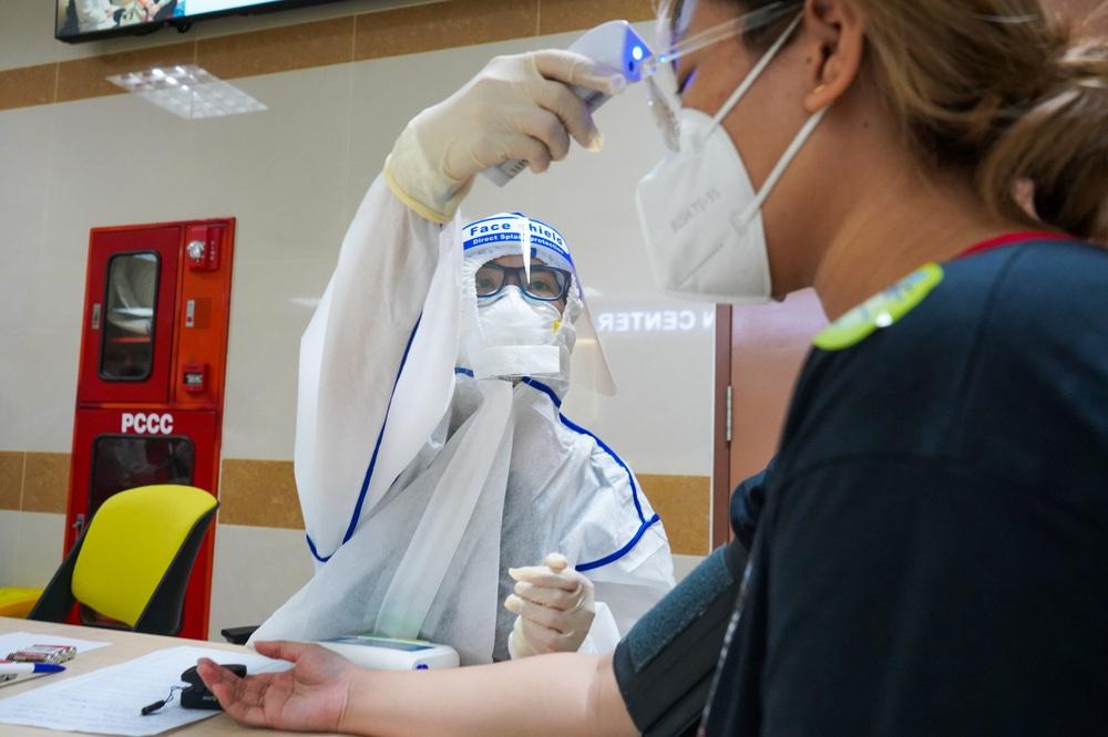 Đối tượng mắc COVID-19 có nhiều nguy cơ bị bệnh nặng: 3 điều cần làm để bảo vệ bản thân và người xung quanh - Ảnh 1.