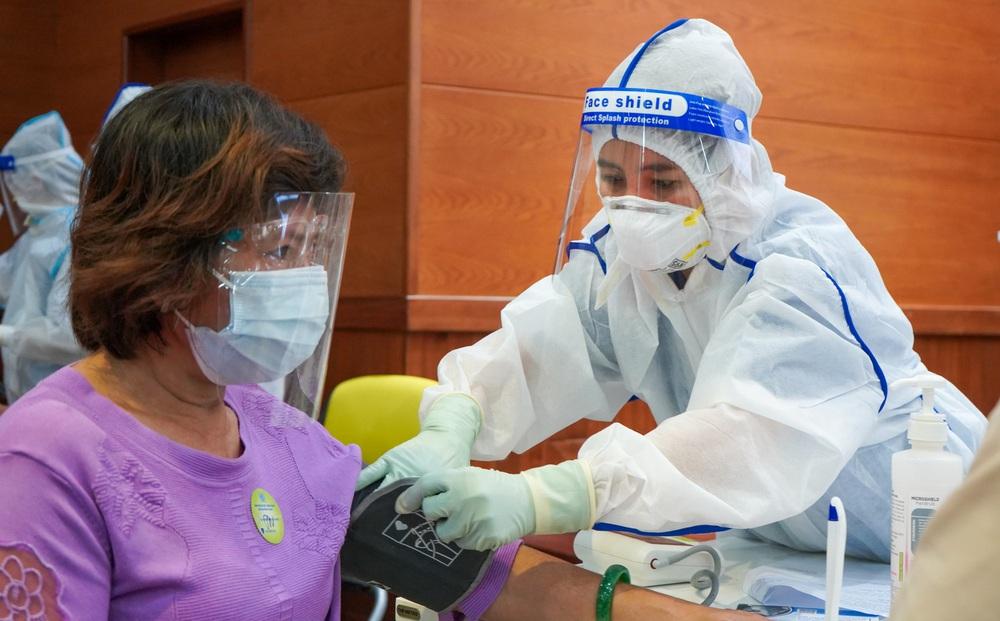 Đối tượng mắc COVID-19 có nhiều nguy cơ bị bệnh nặng: 3 điều cần làm để bảo vệ bản thân và người xung quanh