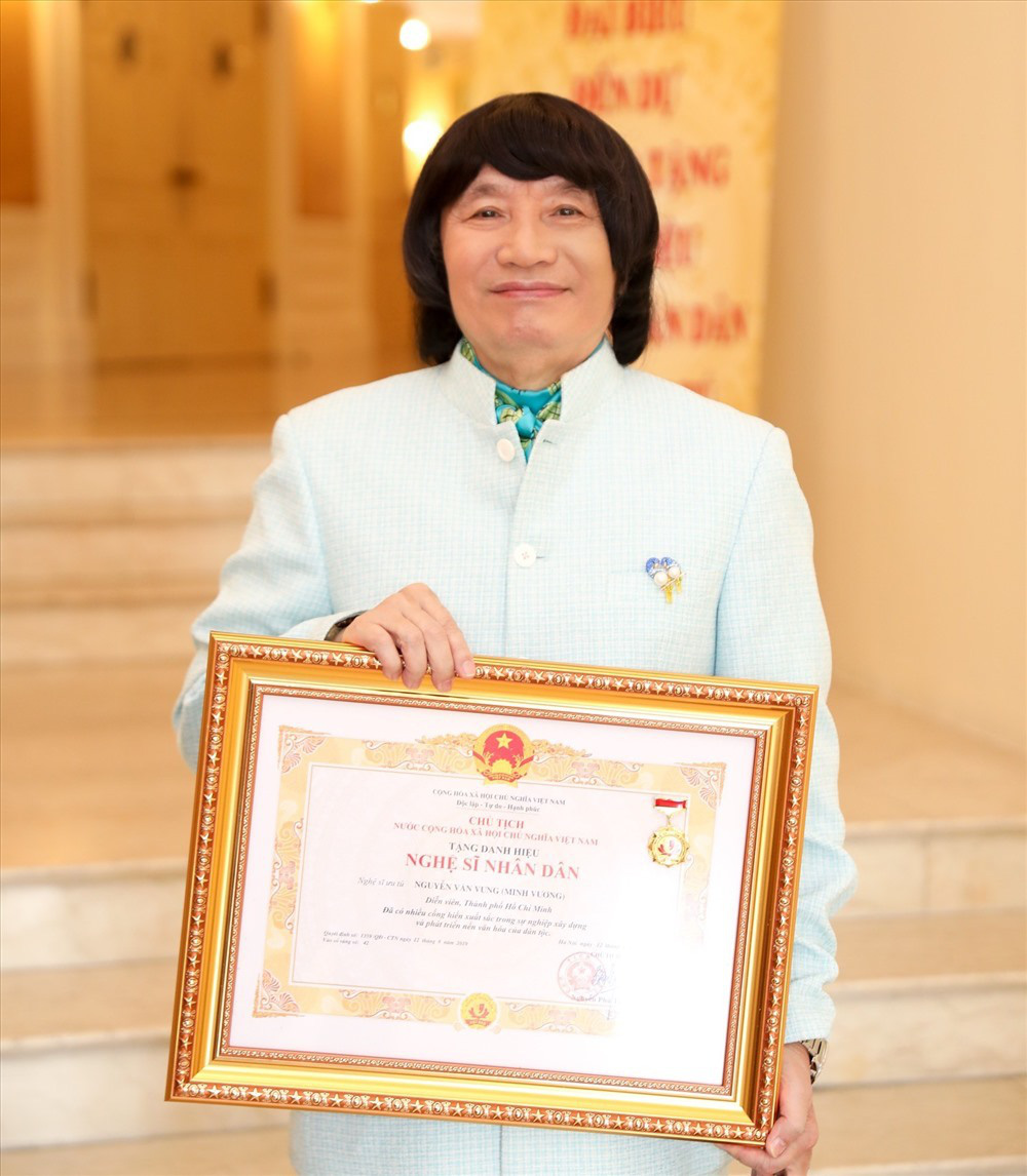 Ông hoàng cải lương Minh Vương: Sống bình yên sau bạo bệnh, hôn nhân 30 năm hạnh phúc - Ảnh 2.