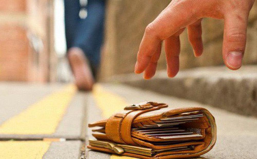 Nhặt được ví của người giàu có, cậu bé đem trả nhưng lại xin một chút tiền, lý do đưa ra khiến đối phương vừa nghe đã phải xấu hổ