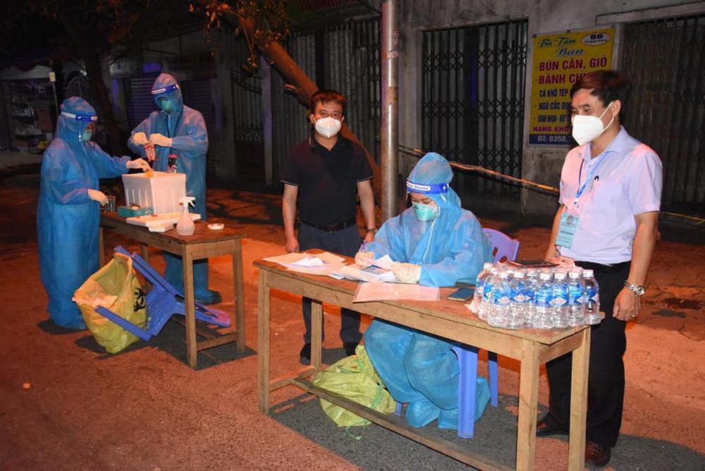 Lấy mẫu xét nghiệm toàn thành phố Vinh cho hơn 400 nghìn người, 108 mẫu gộp dương tính với SARS-CoV-2 - Ảnh 1.