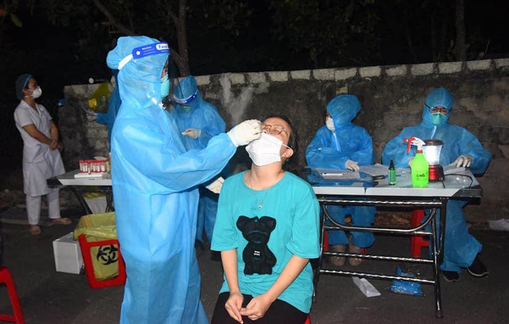 Không khai báo dù từng đến ổ dịch lớn, tiểu thương nhiễm Covid-19 lây cho chồng và con - Ảnh 1.