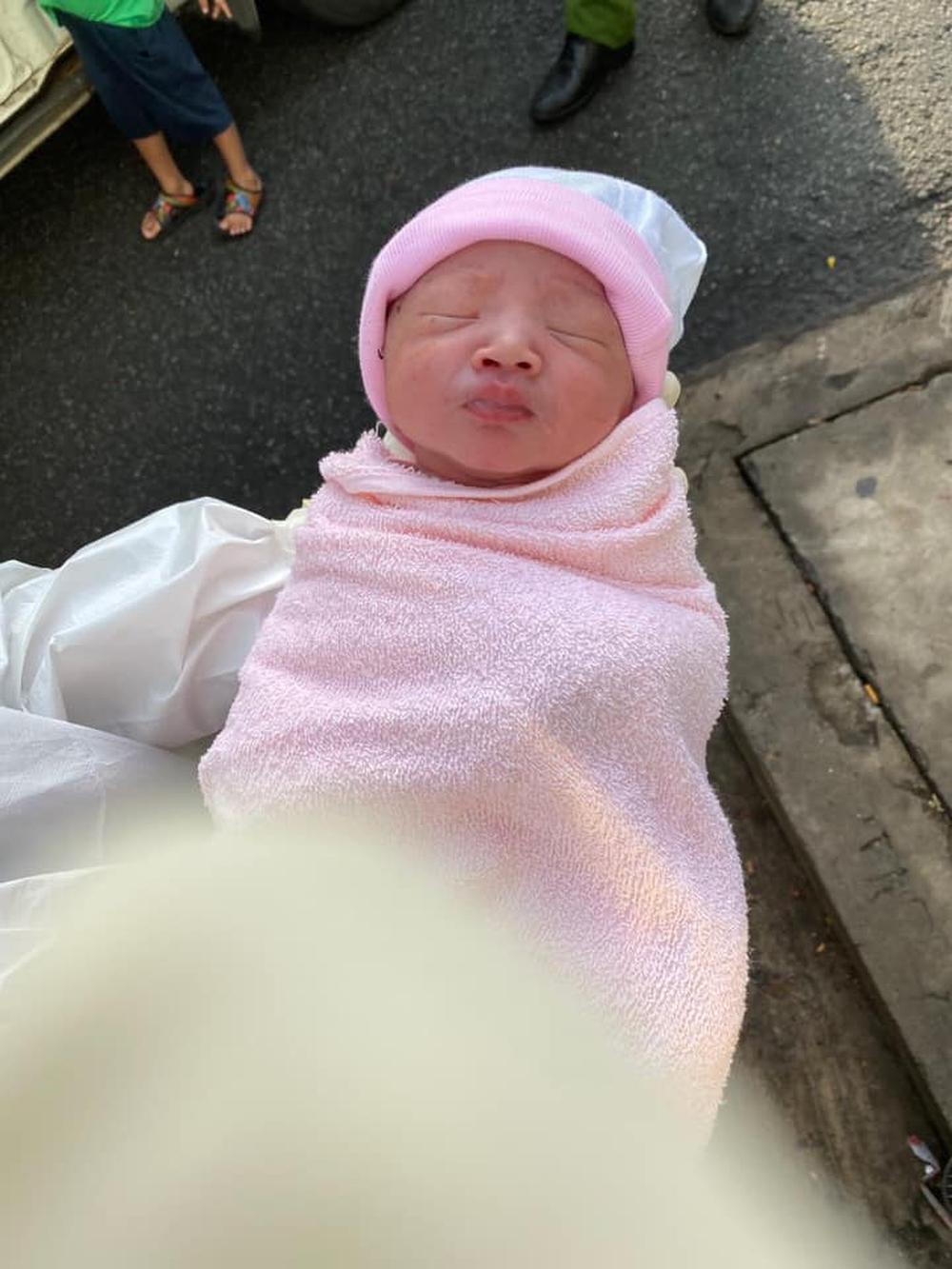 Nam sinh viên cảnh sát và bộ đội trở thành bà mụ đỡ đẻ cho thai phụ ngay trên vỉa hè phố Sài Gòn - Ảnh 2.