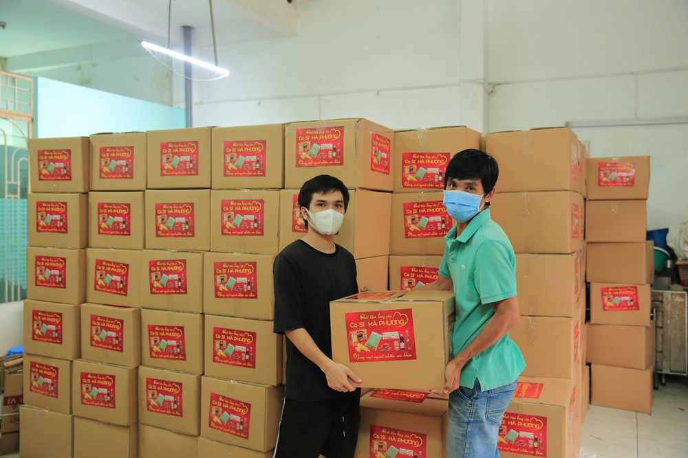Ca sĩ tỷ phú Hà Phương ủng hộ Sài Gòn hơn 100 tấn lương thực - Ảnh 1.