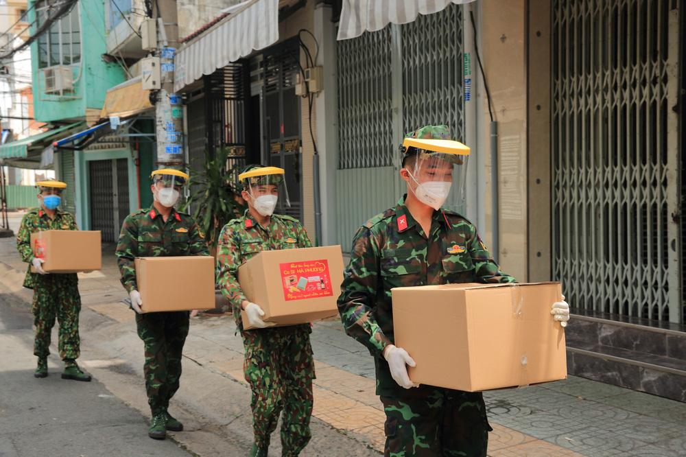 Ca sĩ tỷ phú Hà Phương ủng hộ Sài Gòn hơn 100 tấn lương thực - Ảnh 3.