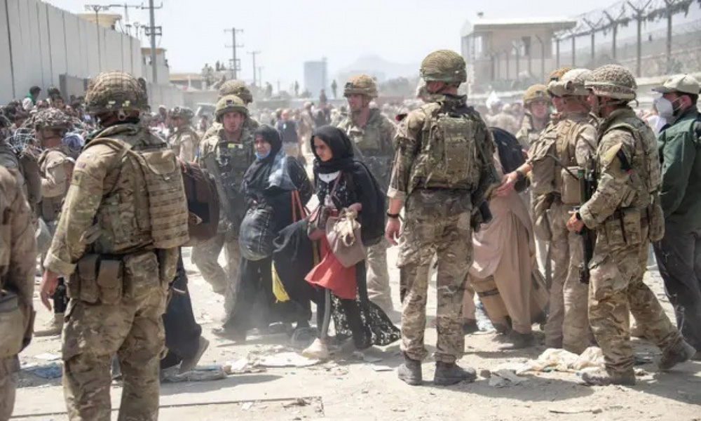 Phương Tây sắp hoàn tất việc sơ tán khỏi Afghanistan, Anh dọa sẽ trừng phạt Taliban - Ảnh 1.