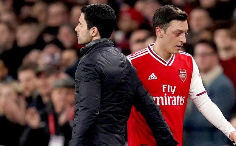 Arsenal 'đội sổ', cựu sao Mesut Ozil mỉa mai HLV Arteta