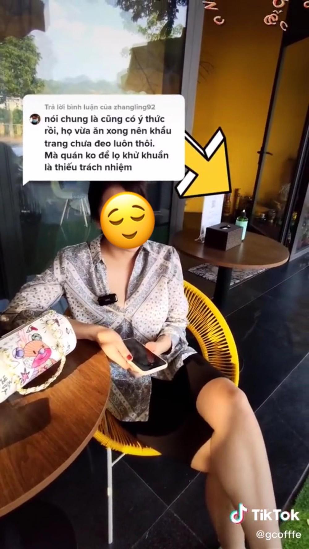 Ra khỏi quán cafe, người phụ nữ liền sát khuẩn tay nhưng sự hoang mang của nhân viên khiến tất cả thấy sai sai  - Ảnh 3.