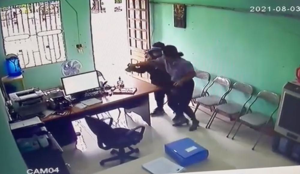 Video toàn cảnh vụ một phụ nữ cầm dao xông vào quỹ tín dụng cướp tiền - Ảnh 2.