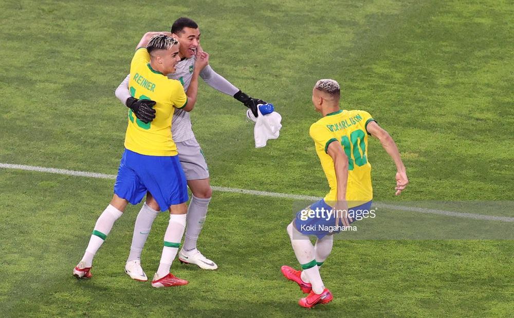 """Brazil đòi thành công """"món nợ"""" 9 năm trước, vào chung kết Olympic sau loạt 11m cân não"""