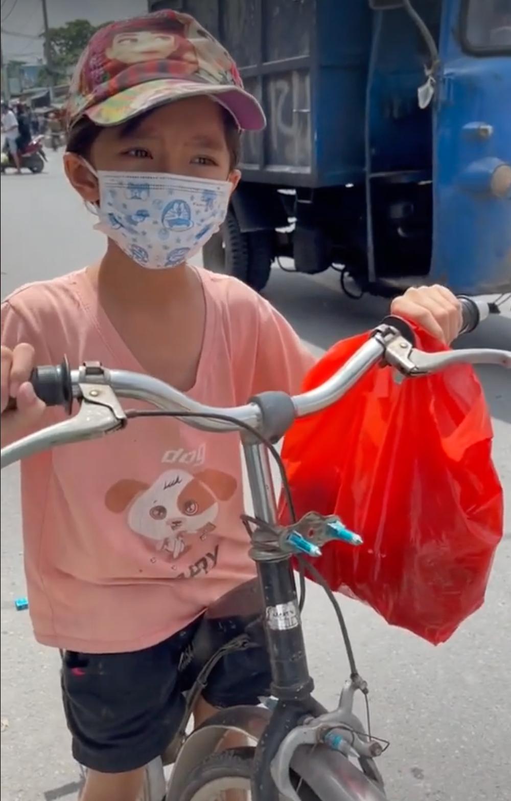Xúc động bé gái 6 tuổi đạp xe đuổi theo ô tô để xin sữa cho em nhỏ ở nhà - Ảnh 2.