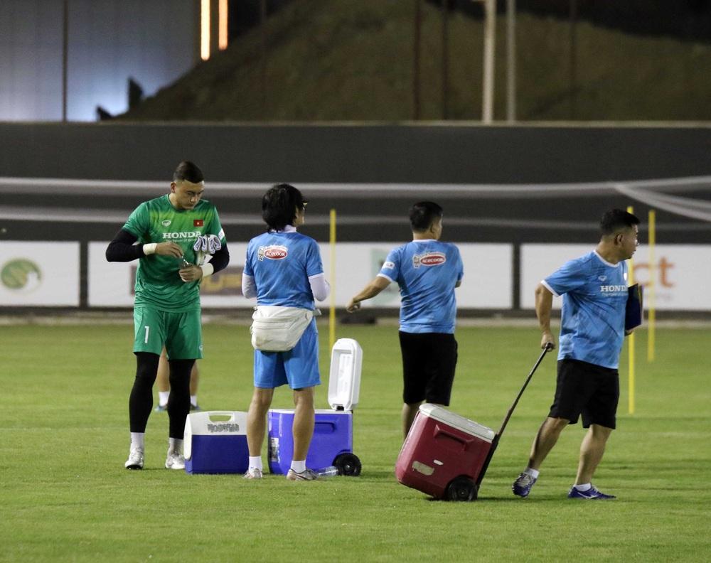 Văn Lâm lên tiếng về việc cạnh tranh với Tấn Trường, tiết lộ khó khăn của tuyển Việt Nam - Ảnh 1.