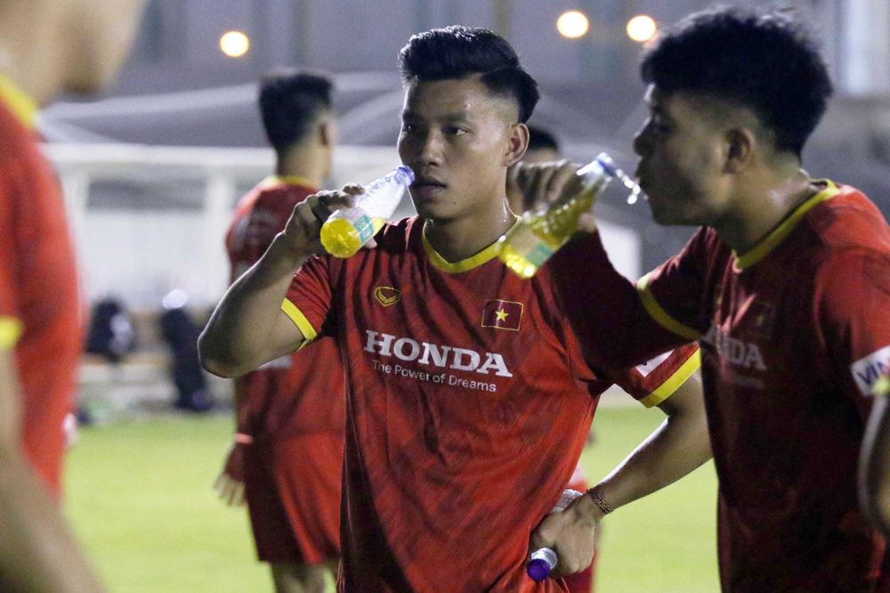 Siêu tiền đạo V.League: Saudi Arabia nóng như thế, cầu thủ Việt Nam sẽ chạy ra sao đây? - Ảnh 2.
