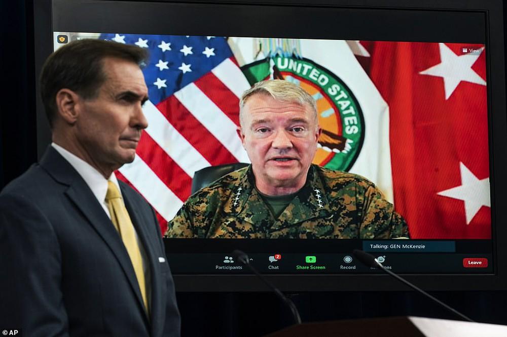Binh sĩ Mỹ cuối cùng rời sân bay Kabul, Taliban bắn súng ăn mừng - Ảnh 1.