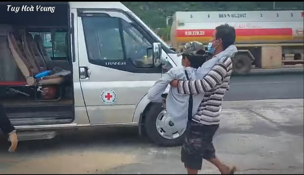 Rớt nước mắt cảnh chàng trai một mình đi xe lăn 7 ngày từ Sài Gòn về Phú Yên: Anh ấy ngồi còn không vững - Ảnh 3.