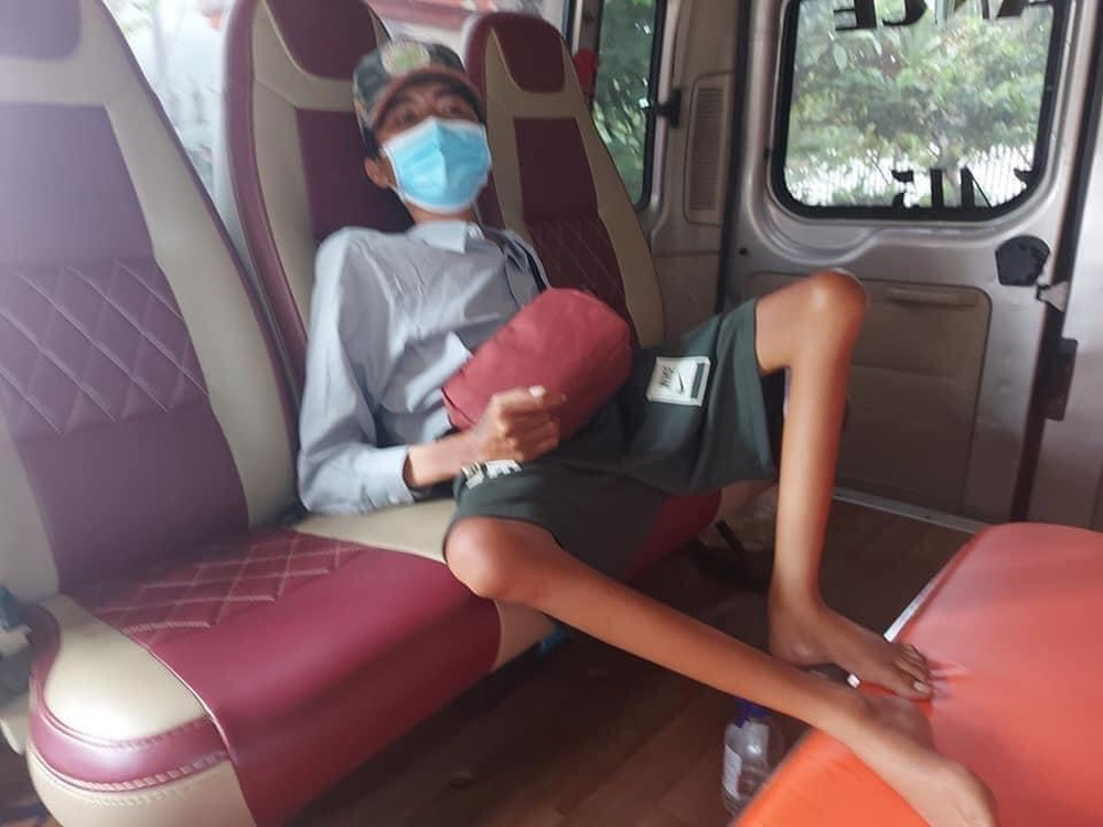 Rớt nước mắt cảnh chàng trai một mình đi xe lăn 7 ngày từ Sài Gòn về Phú Yên: Anh ấy ngồi còn không vững - Ảnh 5.