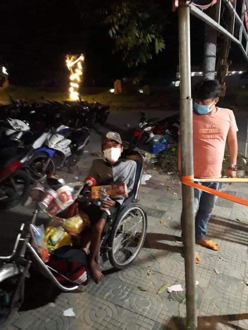 Rớt nước mắt cảnh chàng trai một mình đi xe lăn 7 ngày từ Sài Gòn về Phú Yên: Anh ấy ngồi còn không vững - Ảnh 1.