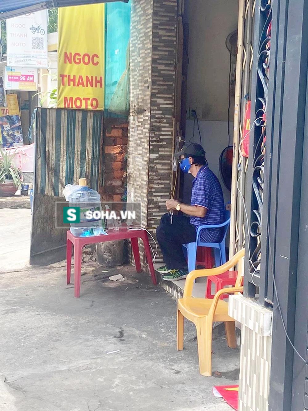 Cô gái trẻ ra chốt phong tỏa rình chụp trộm ông chú U70, phản ứng sau đó khiến tất thảy cười chảy nước mắt - Ảnh 1.