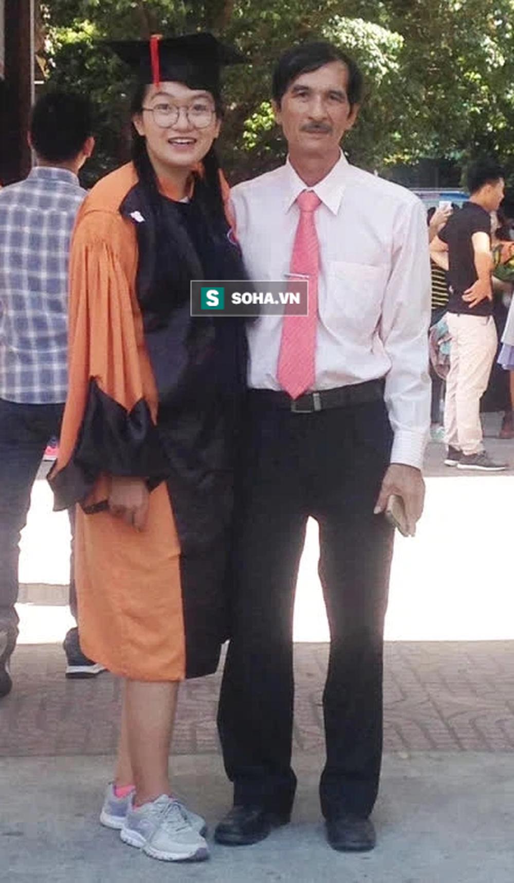 Cô gái trẻ ra chốt phong tỏa rình chụp trộm ông chú U70, phản ứng sau đó khiến tất thảy cười chảy nước mắt - Ảnh 2.