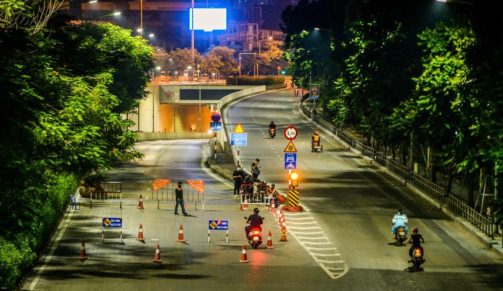 Hà Nội: Hàng chục công nhân làm việc xuyên đêm để sửa chữa hầm chui Kim Liên - Ảnh 1.