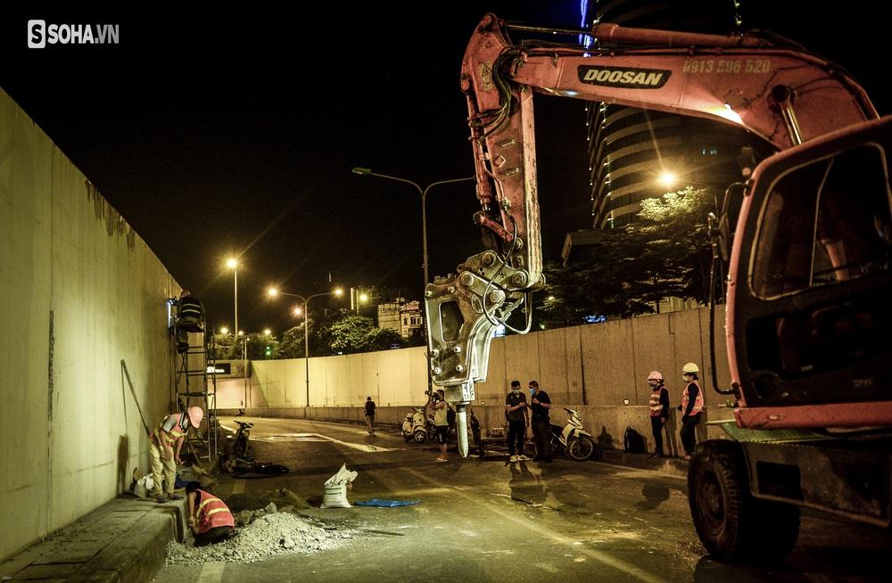 Hà Nội: Hàng chục công nhân làm việc xuyên đêm để sửa chữa hầm chui Kim Liên - Ảnh 3.
