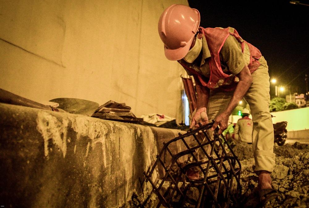 Hà Nội: Hàng chục công nhân làm việc xuyên đêm để sửa chữa hầm chui Kim Liên - Ảnh 7.