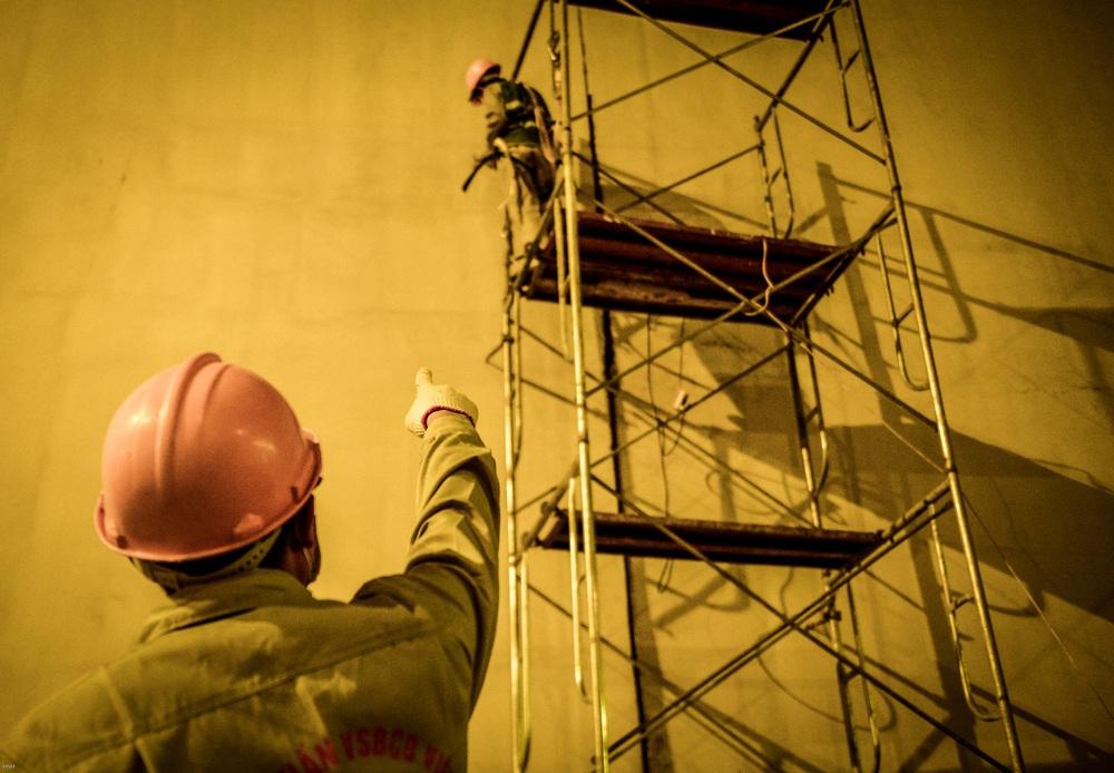 Hà Nội: Hàng chục công nhân làm việc xuyên đêm để sửa chữa hầm chui Kim Liên - Ảnh 5.
