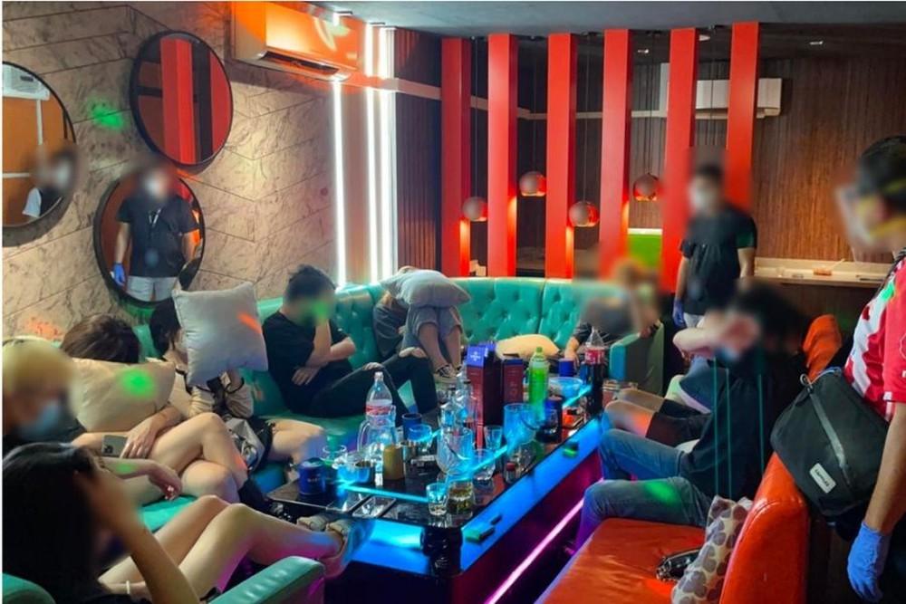 Singapore: Ập vào các quán karaoke và mát xa, cảnh sát ngỡ ngàng với diễn biến bên trong, gần 100 người bị bắt giữ - Ảnh 4.