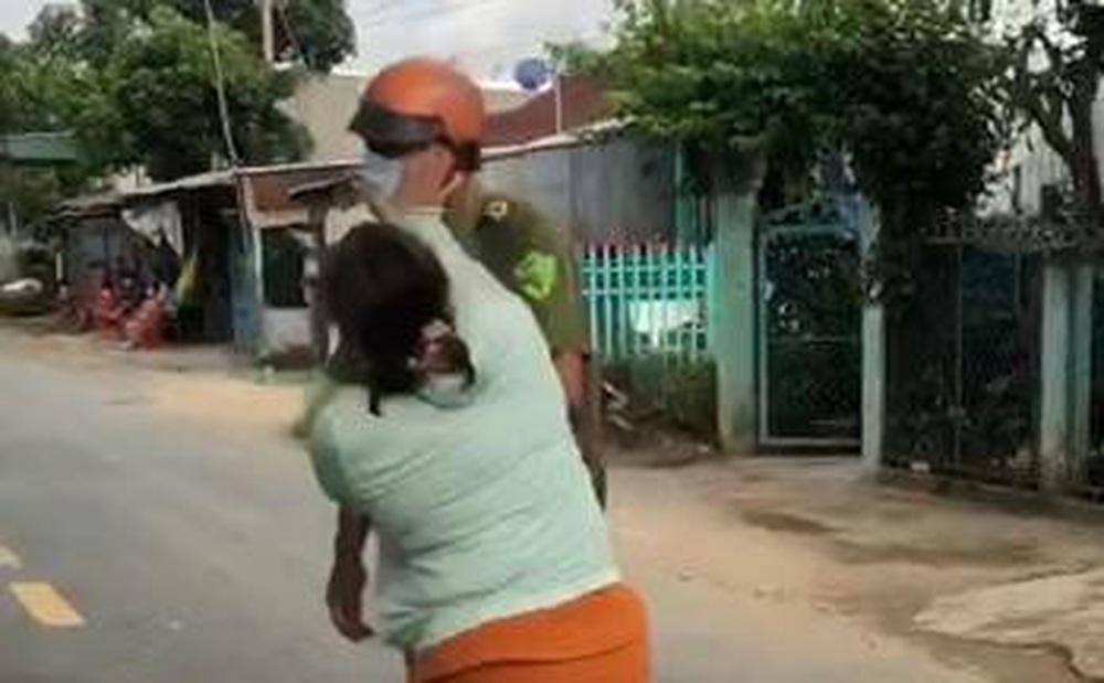 Chồng bị phạt vì ra đường vô cớ, vợ xông vào đánh công an để giải vây