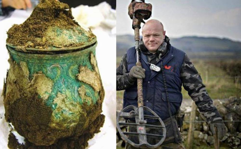 Người đàn ông tìm thấy một cái bình sắt trên cánh đồng: Sau khi mở nó ra, giới khảo cổ học chấn động!