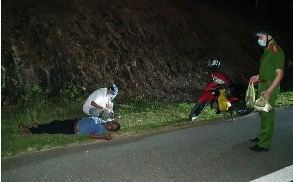 Ngất xỉu sau 3 ngày nhịn đói đi 1.000 km về quê, người đàn ông nghẹn ngào khi được giúp đỡ