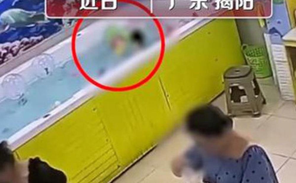 Bé gái đuối nước tử vong trong bể bơi, bố mẹ đau đớn tột cùng khi xem lại camera