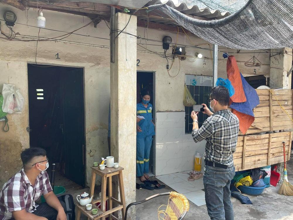 Nữ lao công bị cướp ở Hà Nội đã được tặng 3 chiếc xe máy mới - Ảnh 1.