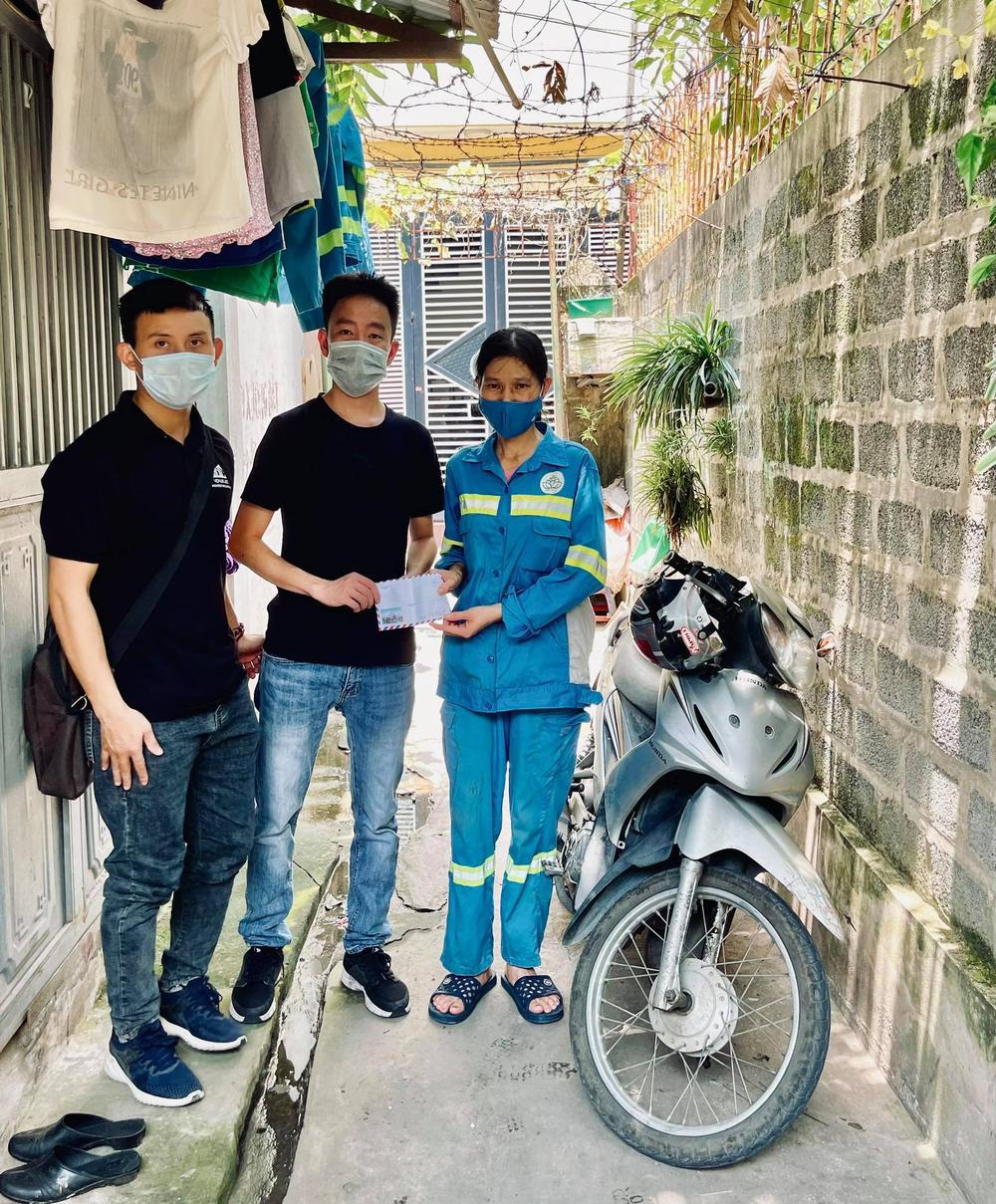 Nữ lao công bị cướp ở Hà Nội đã được tặng 3 chiếc xe máy mới - Ảnh 2.