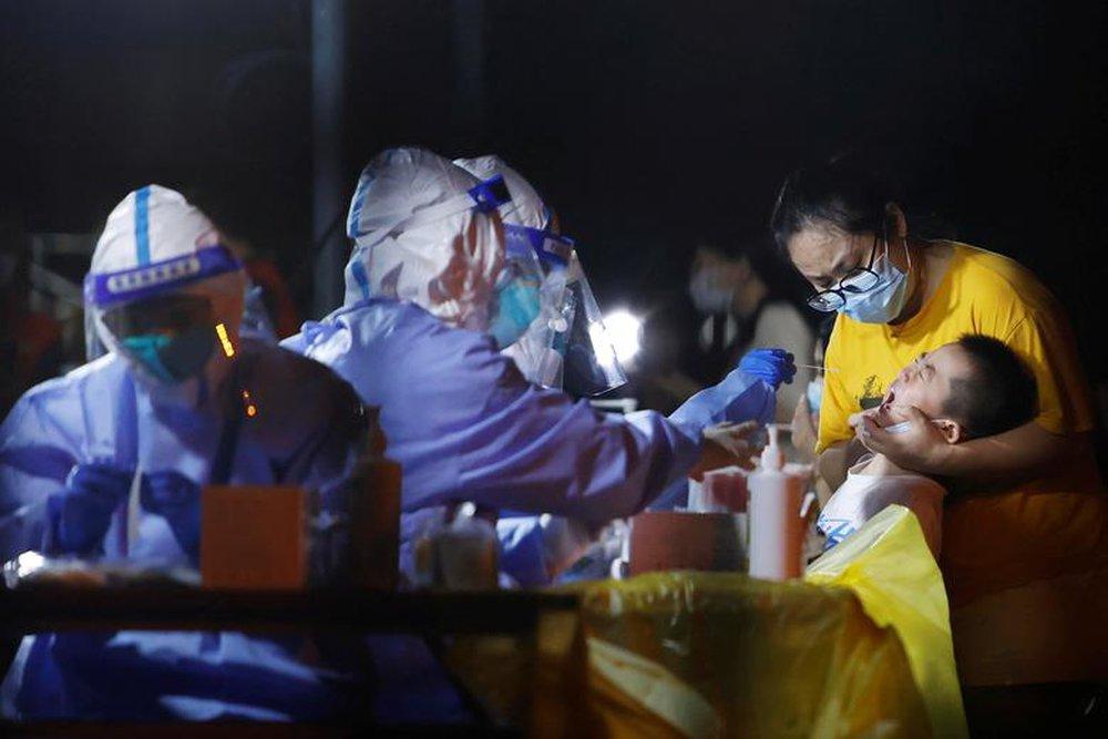 24h qua ảnh: Người Brazil xếp hàng dài chờ tiêm vắc-xin Covid-19 - Ảnh 9.