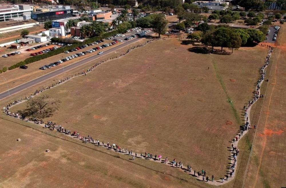 24h qua ảnh: Người Brazil xếp hàng dài chờ tiêm vắc-xin Covid-19 - Ảnh 3.