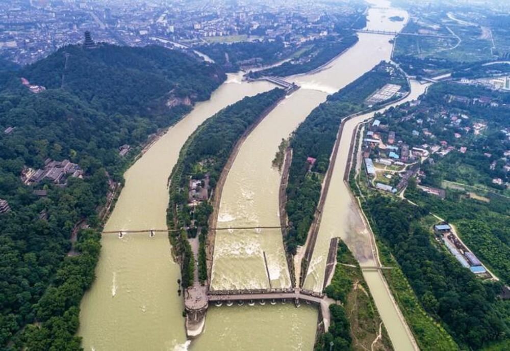 Miếu thần hơn 200 năm tuổi khiến nước lũ cứ đến đây là tự tách thành 2 dòng, nằm giữa lòng sông nhưng chưa một lần bị nhấn chìm - Ảnh 6.